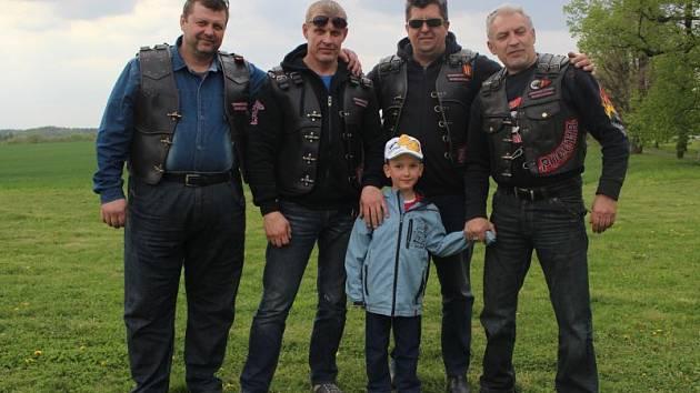 Před Národním památníkem II. světové války ve čtvrtek okolo čtvrté hodiny zněla ruština poměrně zřetelně. Právě v tu dobu sem totiž dorazila čtveřice členů nejstaršího motorkářského klubu v Rusku Nočních vlků.