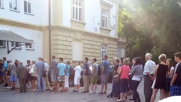 Řada lidí si neváhá přivstat a před budovy úřadu v Krnovské ulici dorazí klidně i okolo 8. hodiny, což potvrzuje tento snímek.