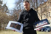 Martin Moravec v rukách drží dvojici kalendářů, jejichž prodejem se pro handicapované děti povedlo zatím vybrat 220 tisíc korun.