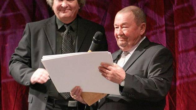 Cenu převzal Bohumír Španihel (vpravo) od ředitele divadla Jindřicha Paskera.