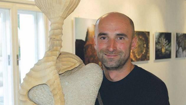 Tomáš Valušek se umí z umění radovat a rád při své tvorbě využívá přírodní materiály.