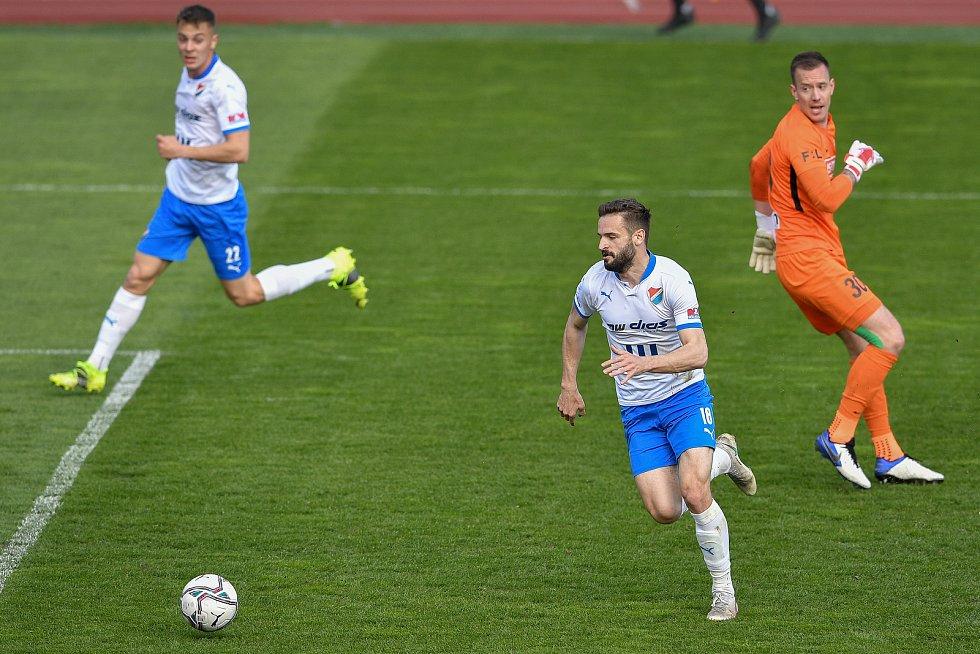 Utkání 26. kolo první fotbalové ligy: FC Baník Ostrava – SFC Opava, 10. dubna 2021 v Ostravě. (zleva) Tomáš Zajíc z Ostravy a brankář Opavy Vilém Fendrich.