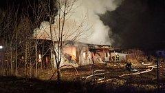 V pátek večer zasahovalo osm hasičských jednotek ve Skrochovicích u požáru bývalého kravína s uskladněným sypkým polyuretanem.