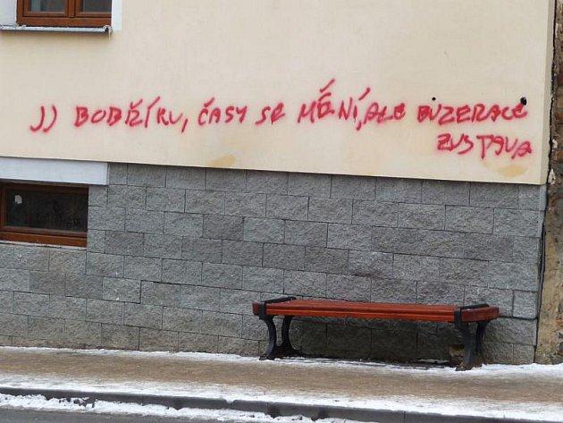 Hned několika nápisy vyvedenými červeným sprejem vyzdobil v uplynulých dnech novou fasádu domu na křižovatce opavských ulic Krnovská a Mařádkova zatím neznámý vandal.