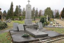 V hrobce je pochován i voják Franz Maxmilian Freiherr Paumgarten, pocházející z Opavy. Bojoval v bitvě u Hradce Králové v roce 1866.