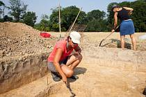 Sekyrka, sekeromlat, část obytného domu či úlomky keramiky s výzdobou připomínající notovou osnovu. To je jen část předmětů, které nyní archeologům z Filozoficko přírodovědecké fakulty Slezské univerzity v Opavě vydala země na poli v Pustějově u Fulneku.