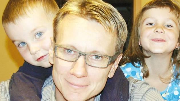 Michael Rataj se starším synem Valentinem a dcerou Evelin.