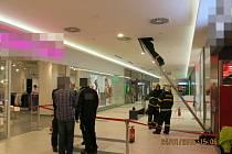 V neděli během odpoledních hodin začalo hořet v jednom z obchodů v OC Breda & Weinstein. Podle informací hasičů bylo na vině zahoření elektroinstalace.