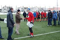 Nejlepšímu gólmanovi Danielu Lesákovi gratuluje sekretář klubu Josef Helebrand.