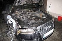 Krátce před druhou hodinou v noci vyráželi hasiči z Opavy k požáru osobního auta Audi do Markvartovic. Luxusní auto stojící v Šilheřovické ulici z ničeho nic začalo hořet v prostoru motoru.