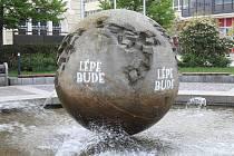 Kašna Slunce alias koule na Horním náměstí v Opavě je posprejována čtyřmi nápisy, hlásajícími, že lépe bude.