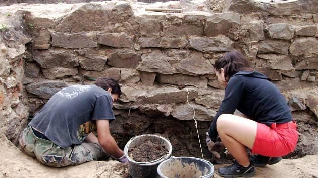 Na archeologických vykopávkách v Opavě se podílejí také studenti.
