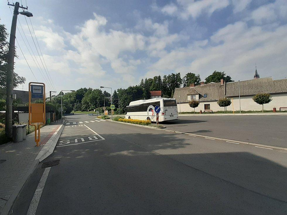 Autobusové stanoviště.