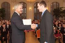 Starosta Vítkova Pavel Smolka předává ocenění Davidu Machačovi.