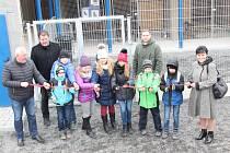 Otevření útulku pro psy se účastnili i žáci hlučínských škol.