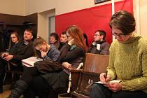 Obnovení školy patří k jednomu z kroků, které by podle Kateřiny Skalíkové (zcela vpravo) měly oživit kulturní život v obci.