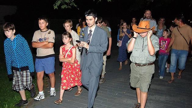 Hlasy netopýrů poslouchali účastníci exkurze v opavských sadech. Vycházku vedl Martin Gajdošík (na snímku s čelovou svítilnou).