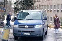 Minibus přezdívaný pendolino pravidelně vozil pacienty z Vítkova do Nového Jičína a zpět. Dnes vozí pouze jídlo.