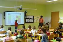 Prvňáčci v Pusté Polomi se už od prvních dnů učí zábavnou interaktivní formou.