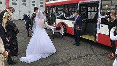 Řidič trolejbusu si vzal pasažérku.