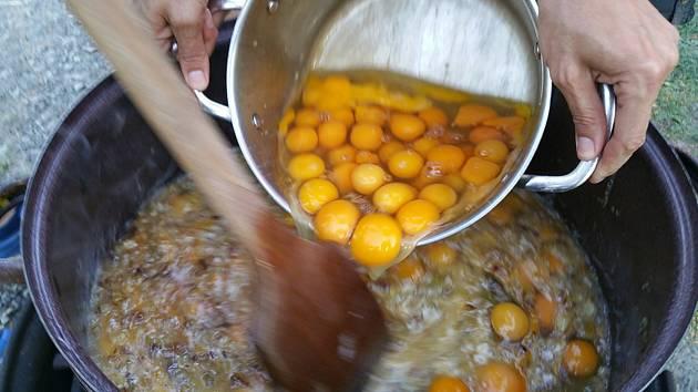 Slaví se svatodušní svátky, lidé budou smažit vejce. Ilustrační foto.