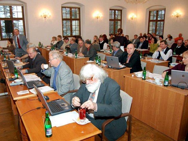 Petr Škarohlíd. Koupi domu mu zastupitelstvo schválilo (na snímku v popředí).