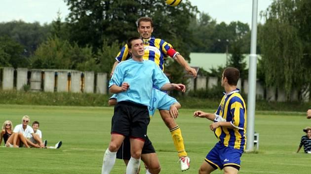 Opavský obránce Jan Pejša přeskočil obranu slovenského FK Čadca a přesnou hlavičkou v závěru utkání zařídil remízu 1:1.