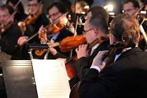 Komorní pěvecký sbor Slezské univerzity v Opavě spojil své síly se Slezským divadlem a vzniklo tak nastudování Vánočního oratoria Franze Liszta. Premiéra se uskutečnila v neděli v bývalém kostele sv. Václava v Opavě.