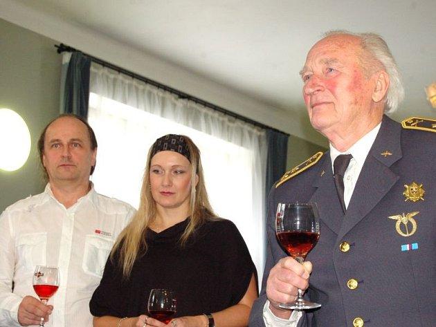 Plukovník Antonín Zelenka je i v šestaosmdesáti letech stále neuvěřitelně energický a věčně dobře naladěný muž. Ke včerejšímu ocenění mu přišly pogratulovat desítky lidí.