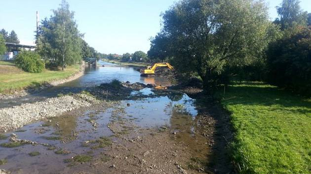 Nedaleko Branky u Opavy se opravuje pravý břeh řeky Moravice.