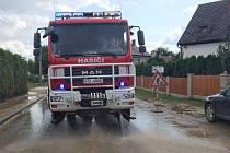 Práce na odklízení následků lokálních povodní trvaly několik dní.