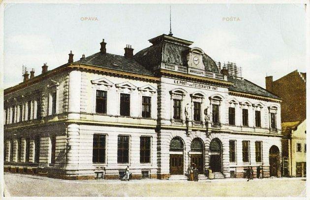 Průčelí hlavní opavské pošty zdobily v 19. století v prvním patře dvě sochy.