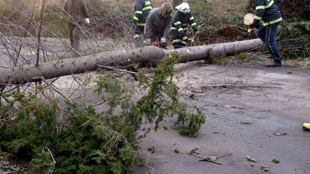 Silnici mezi Hlubočcem a Podvihovem na Opavsku zcela zatarasilo asi 15 vyvrácených stromů.
