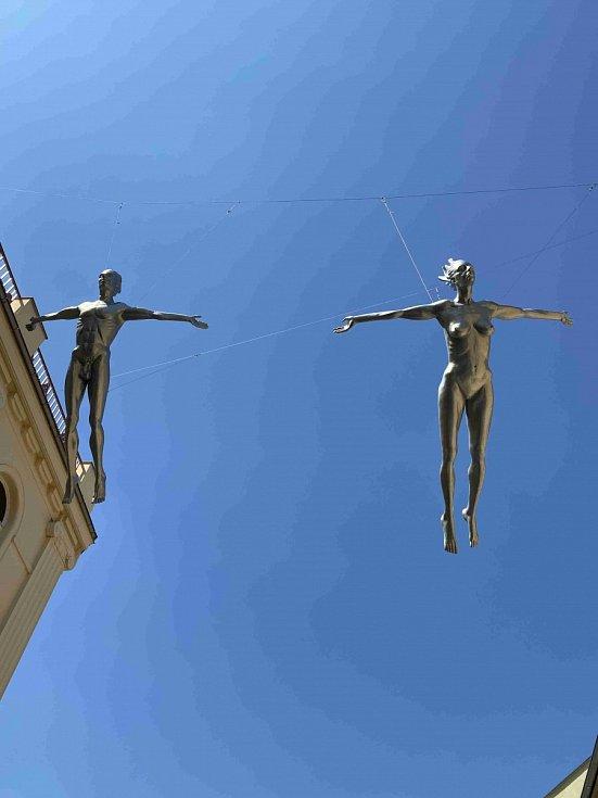 Výstava soch v parku kolem Obecního domu.