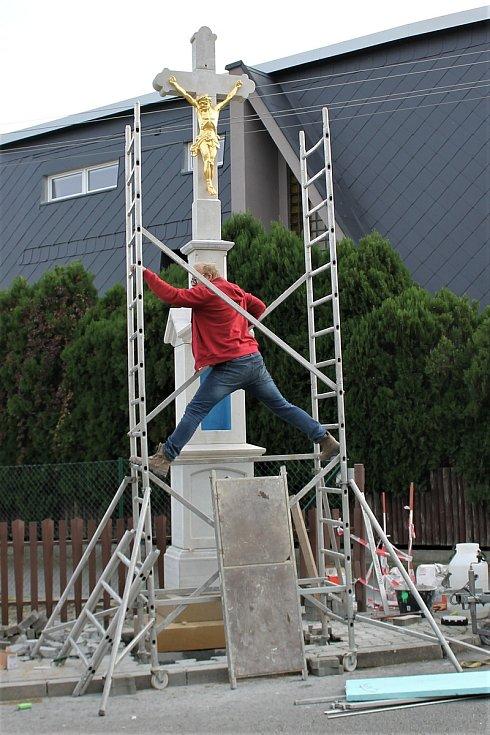 Rekonstrukce jednoho z křížů v obci.