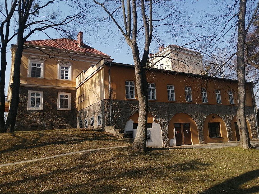 Dolnobenešovský zámek.