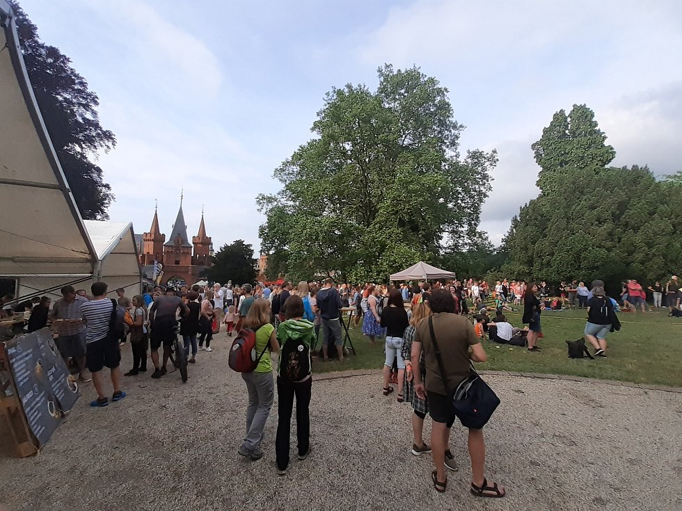 Atmosféra pátečního odpoledne a podvečera na Hradeckém slunovratu. 25. června 2021.