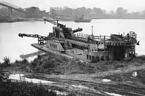 Historický snímek z roku 1977, kdy na Hlučínské štěrkovně probíhala těžba štěrkopísku.