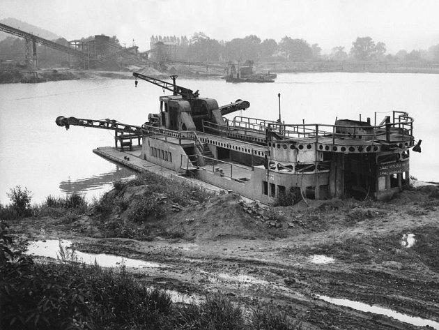 Historický snímek zroku 1977, kdy na Hlučínské štěrkovně probíhala těžba štěrkopísku.