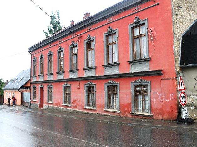 Ubytovna, v níž ve Vítkově žijí Romové, stojí u hlavní silnice vedoucí městem.