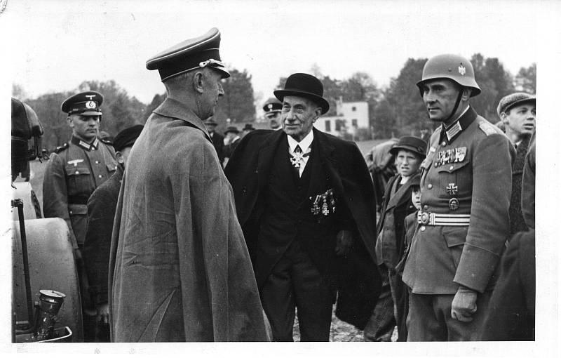 Fotografie ze slavnostního předávání praporu 1. pluku v Opavě za účasti Eduarda Böhma-Ermolliho.