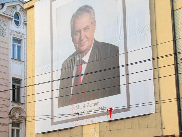 Plachtu s portrétní fotografií českého prezidenta Miloše Zemana, kterou si na svůj dům v centru Opavy naproti hotelu Koruna před několika měsíci pověsil opavský podnikatel Radim Masný, během víkendu někdo znečistil.
