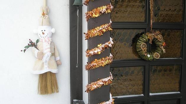 Obce na Opavsku kvůli krizi zřejmě šetří. A to dokonce i na vánoční výzdobě. Většina menších vesniček nemá buď žádnou výzdobu, nebo jen velmi skromnou.