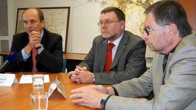 Jak ochránit Kylešovice? Minulý týden o tom jednali ministr zemědělství Petr Gandalovič (vlevo), primátor Opavy Zbyněk Stanjura (uprostřed) a jeho náměstek Pavel Mališ.