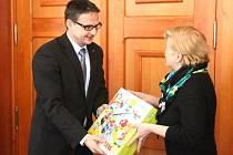 Generální ředitel Ostroje Dalibor Kunčický předává jednu ze stavebnic určených dětem v mateřských školách.