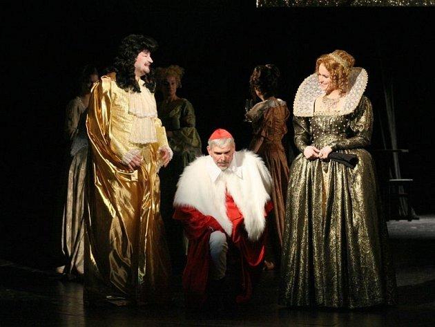Zleva Martin Valouch (král), Martin Táborský (Richelieu) a Šárka Vykydalová (královna).