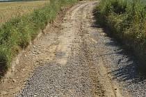 Odbagrovaná část cesty mezi Vendelínem a Benkovicemi byla následně zasypána hlínou a poté kamennou drtí. Zda to bude stačit, ukáží deště a zima.