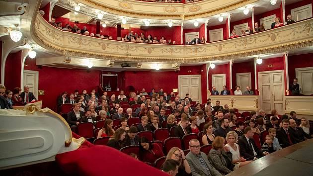 Slavnostní vyhlášení na prknech Slezského divadla.