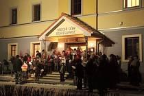 V Bohuslavicích se vloni zpívalo před obecním úřadem a zúčastnilo se na pět desítek lidí. Letos se místní přidávají opět a akce Česko zpívá koledy se tentokrát uskuteční před zdejší nově opravenou školou.
