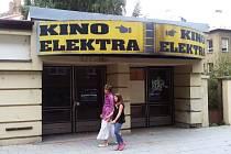 Lidé, kteří kolem bývalého kina Elektra procházejí, netuší, komu patří a co je vlastně uvnitř.